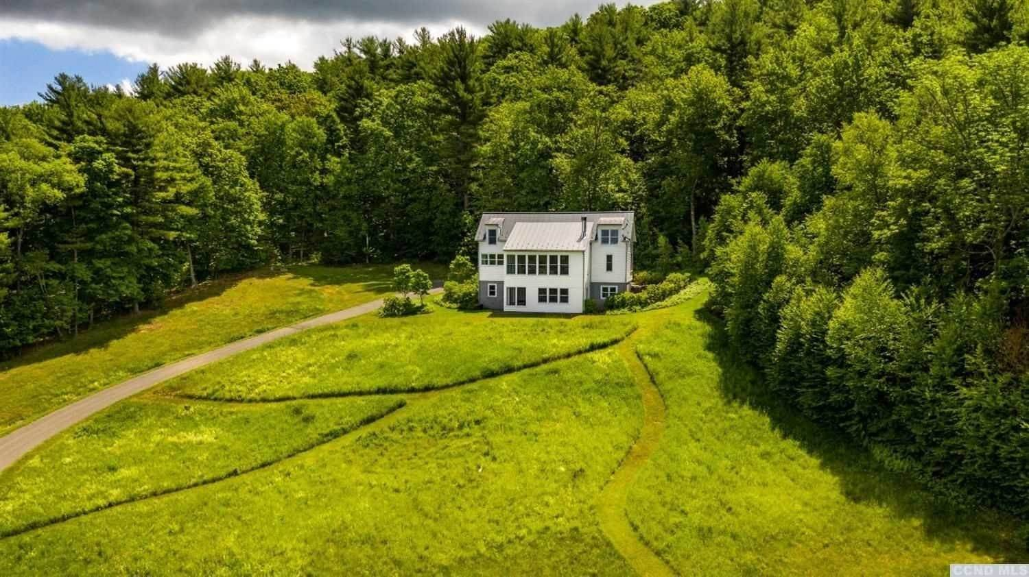 Single Family Homes pour l Vente à 564 SCENIC HWY Austerlitz, New York 12017 États-Unis