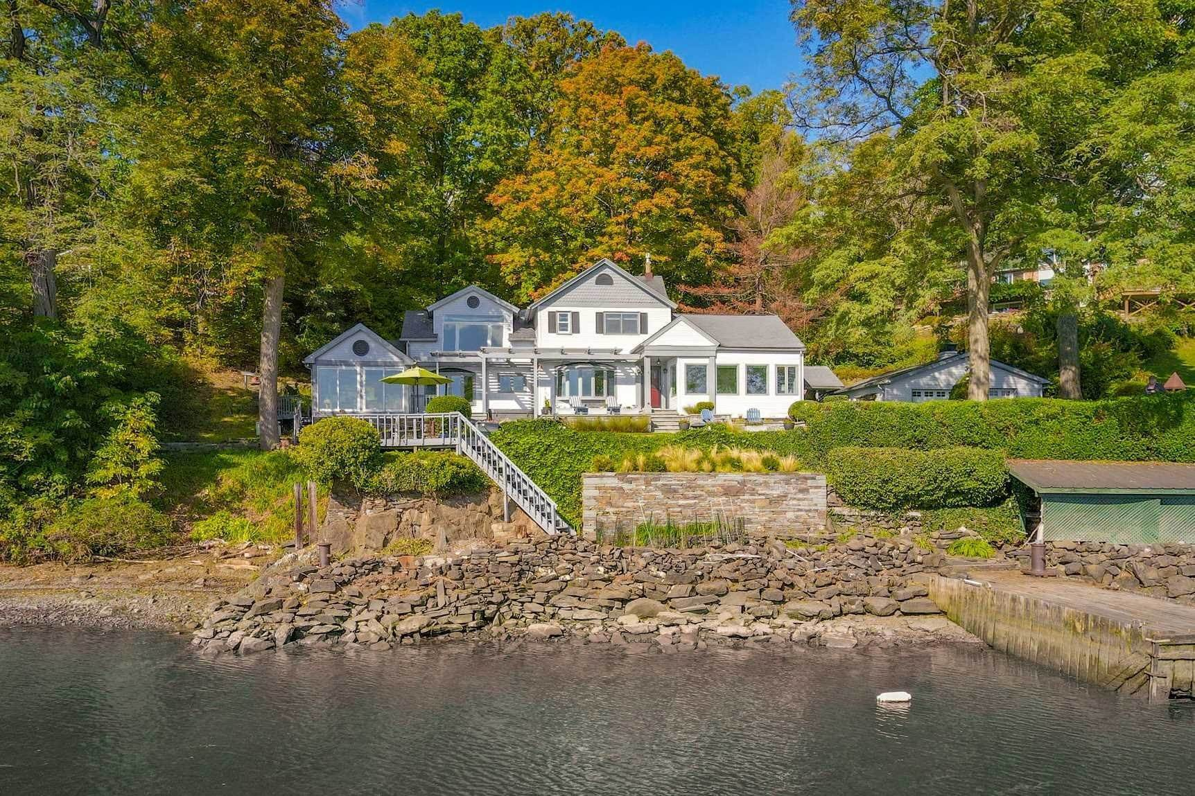 Single Family Homes pour l Vente à 104 RIVER ROAD Saugerties, New York 12453 États-Unis