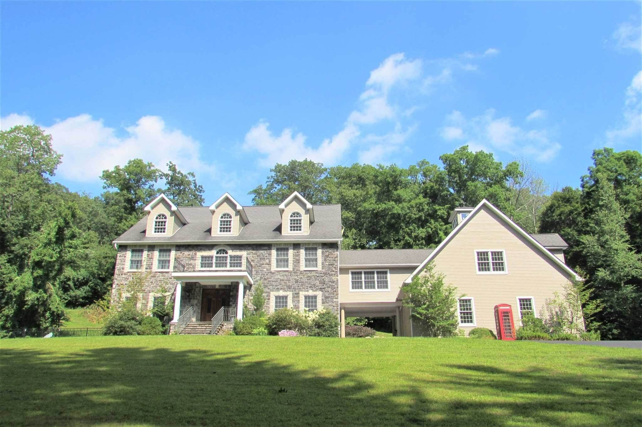 Single Family Homes pour l Vente à 11 STRAWBERRY HILL Road Pawling, New York 12564 États-Unis