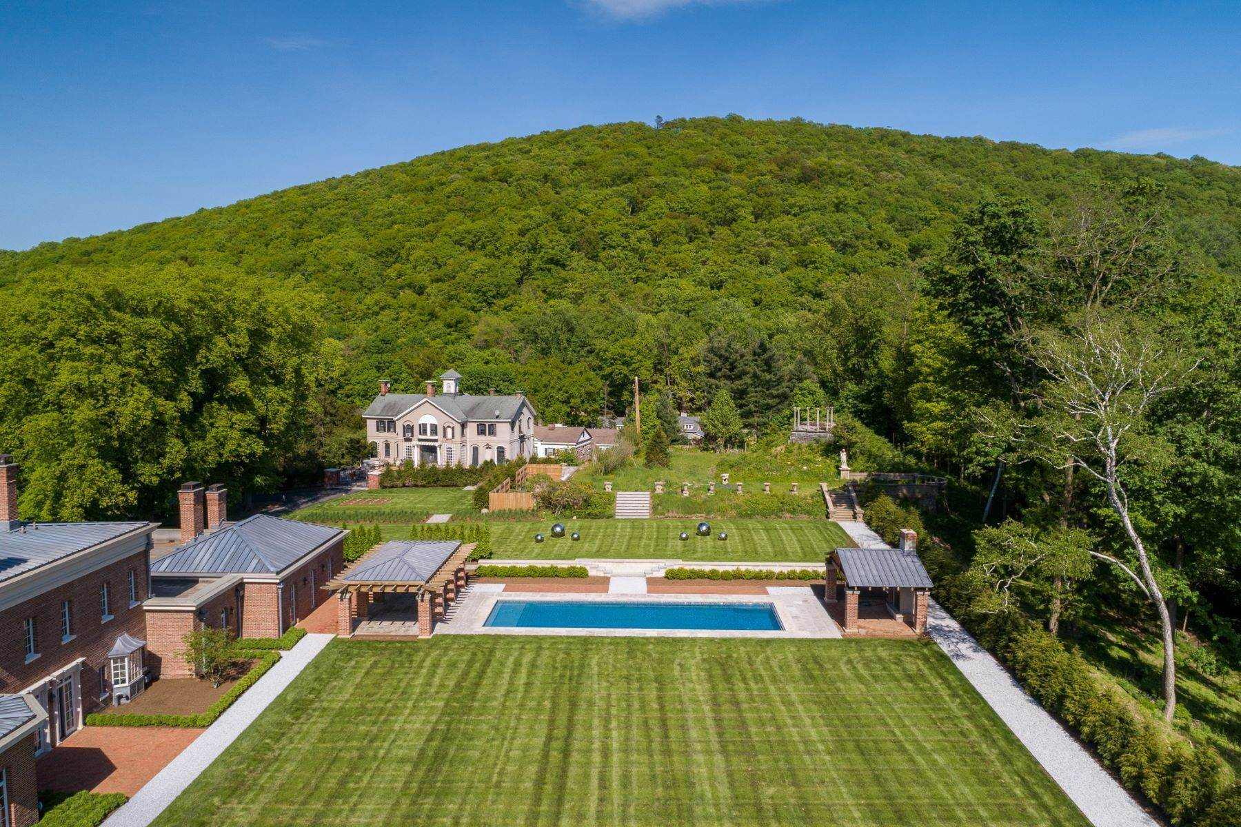 5. Single Family Homes for Sale at Lisburne Hall 61 Lisburne Lane Garrison, New York 10524 United States